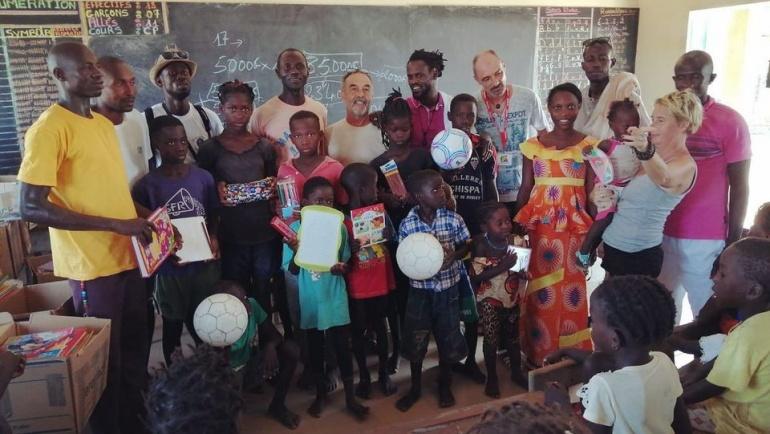 Nio Far entame une tournée de dons dans les écoles